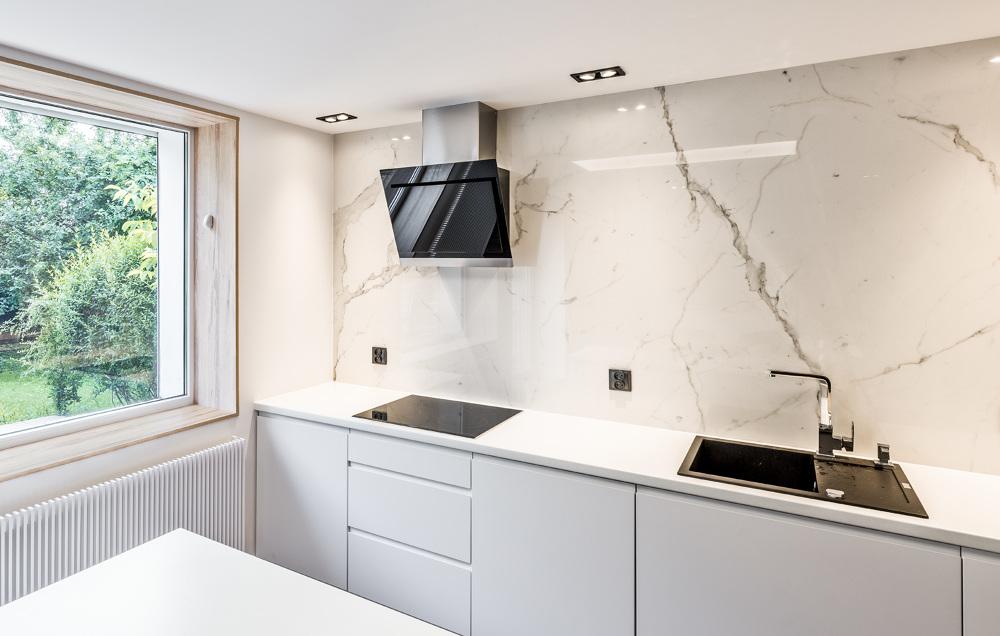 Biały marmur  nowoczesna kuchnia z wyspą  Marmur Studio l Projektowanie i a   -> Kuchnie Z Marmurem